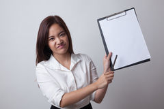 Несчастный азиатский пункт бизнес-леди к доске сзажимом для бумаги с ручкой Стоковые Фотографии RF