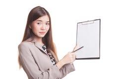 Несчастный азиатский пункт бизнес-леди к доске сзажимом для бумаги с ручкой Стоковая Фотография