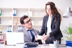 Несчастный босс имея болтовню с его секретаршей Стоковые Фото