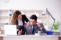 Несчастный босс имея болтовню с его секретаршей Стоковое Фото