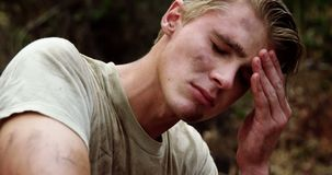 Несчастный воинский солдат ослабляя на лагере ботинка 4k акции видеоматериалы