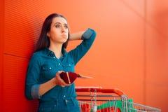 Несчастный женский клиент не имея никакие больше денег, который нужно потратить Стоковые Фото