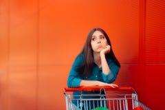 Несчастный женский клиент не имея никакие больше денег, который нужно потратить Стоковые Фотографии RF