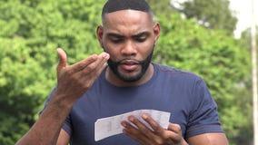 Несчастный сердитый чернокожий человек читая документ видеоматериал