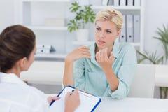 Несчастный терпеливый говорить с доктором стоковое фото rf