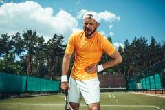 Несчастный человек имея боль во время игры тенниса стоковое изображение rf