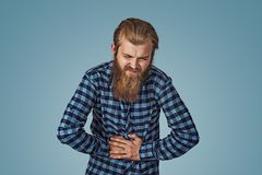 Несчастный человек страдая от боли в животе стоковая фотография rf