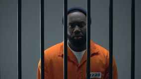 Несчастный черный пленник показывая наручники, правосудие невиновного мужчины ждать сток-видео