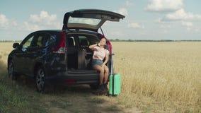 Нетерпеливая азиатская женщина ждет друга для отключения автомобиля акции видеоматериалы
