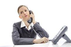 Нетерпеливая женщина звоня телефонный звонок стоковые изображения