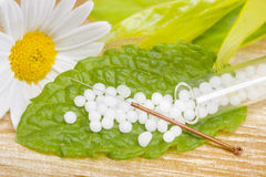 Нетрадиционная медицина с гомеопатическими пилюльками и иглами иглоукалывания Стоковая Фотография RF