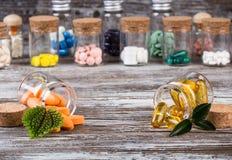 Нетрадиционные медицины с зелеными листьями в стеклянных тарах Стоковое Изображение RF