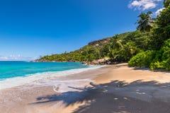 Нетронутый тропический пляж в Сейшельских островах Стоковое Изображение