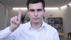 Нет, бизнесмен отвергая предложение путем развевать палец сток-видео