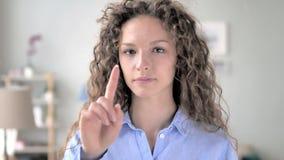 Нет, женщина вьющиеся волосы отвергая предложение путем развевать палец сток-видео