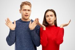 Неуверенные друзья страшили невежественное выражение, распространяют руки, взгляды с ударом Отрицательная человеческая концепция  стоковое изображение