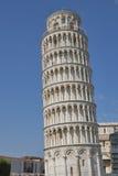 Неузнаваемая башня Пизы посещения туристов Стоковое Изображение