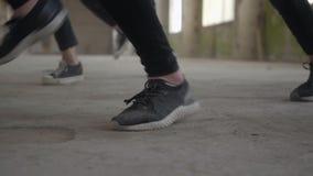 Неузнаваемые танцоры наслаждаясь тазобедренным хмелем двигают выполняющ танец фристайла совместно в получившемся отказ здании Диа акции видеоматериалы