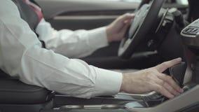 Неузнаваемый успешный бизнесмен сидя в корабле и проверяет заново купил автоматическое от автосалона сток-видео