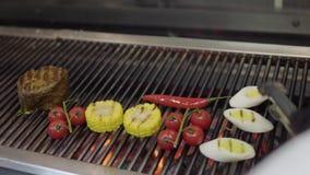 Неузнаваемый шеф-повар варя овощ на гриле в конце-вверх кухни ресторана Мясо, мозоль, томаты вишни акции видеоматериалы
