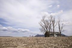 Неурожайное поле и амбар Стоковое Изображение