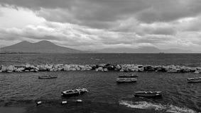 Неусидчивый залив Неаполь обозревая Vesuvius и красивые шлюпки на переднем плане черная белизна стоковые изображения