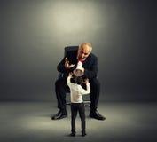 Неудовлетворенный босс кричащий на плохом работнике Стоковые Фото
