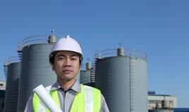 нефтеперерабатывающее предприятие инженера Стоковая Фотография