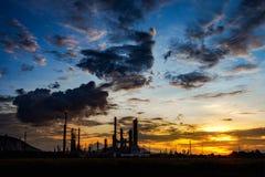 Нефтеперерабатывающее предприятие на вечере, положениях в Таиланде стоковое изображение rf