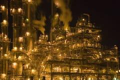 нефтеперерабатывающее предприятие ночи стоковые фото