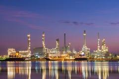 Нефтеперерабатывающее предприятие вдоль реки Стоковые Фото
