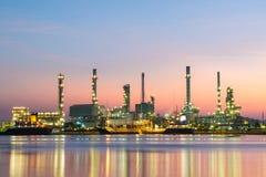 Нефтеперерабатывающее предприятие вдоль реки Стоковые Изображения