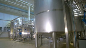 Нефтеперерабатывающее предприятие, конструкция трубопровода топлива внутри фабрики рафинадного завода видеоматериал