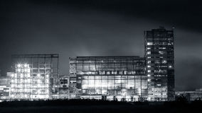 Нефтехимический завод в ноче Monochrome съемка Стоковые Изображения RF