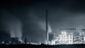 Нефтехимический завод в ноче Monochrome съемка Стоковое Изображение RF