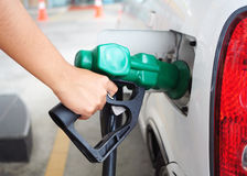 нефть автомобиля заполняя стоковое изображение rf