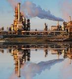Нефть и газ индустрия - рафинадный завод на сумерк стоковые фото