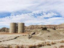 Нефть и газ над батареей танка земли Стоковое фото RF