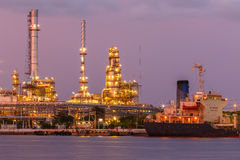 Нефть и нефтеперерабатывающее предприятие стоковое изображение