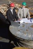 нефтяная платформа 2 компьтер-книжки контролеров Стоковое фото RF
