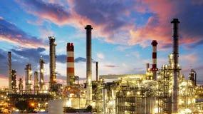 Нефтяная промышленность нефти и газ - рафинадный завод на сумерк - фабрика - petroche Стоковые Фото