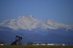 Нефтяная скважина и Longs пик Стоковое Фото