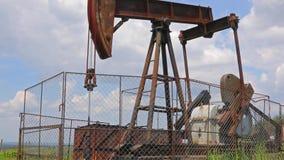 Нефтяная скважина на ландшафте видеоматериал