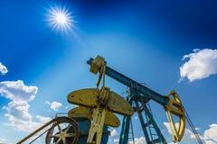Нефтяная скважина нефти и газ профилированная на голубом небе с облаками кумулюса, в Европе Стоковая Фотография