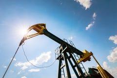 Нефтяная скважина нефти и газ профилированная на голубом небе с облаками кумулюса, в Европе Стоковое Изображение RF