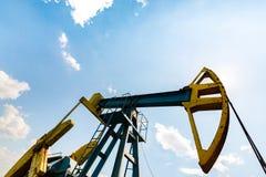 Нефтяная скважина нефти и газ профилированная на голубом небе с облаками кумулюса, в Европе Стоковые Изображения