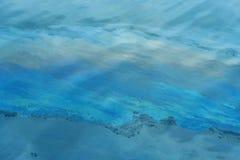 Нефтяное пятно в воде Стоковые Фотографии RF