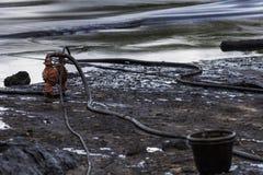 Нефтяное пятно на пляже Стоковое Изображение