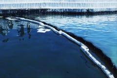 Нефтяное пятно Относящое к окружающей среде бедствие Заграждение сдерживания ритм стоковые изображения