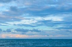 Нефтяной танкер все еще ставит на якорь на заливе под голубыми облаками Стоковое Изображение RF
